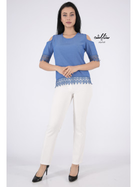 Soft blouse in blue with shoulder holes decorated with lace edges