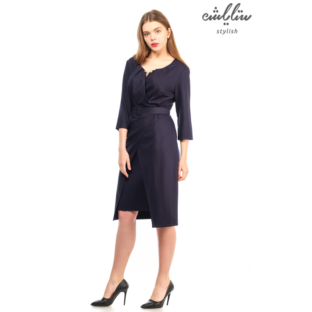 The enchanting dress in this dark blue gown with a creative and feminine touch