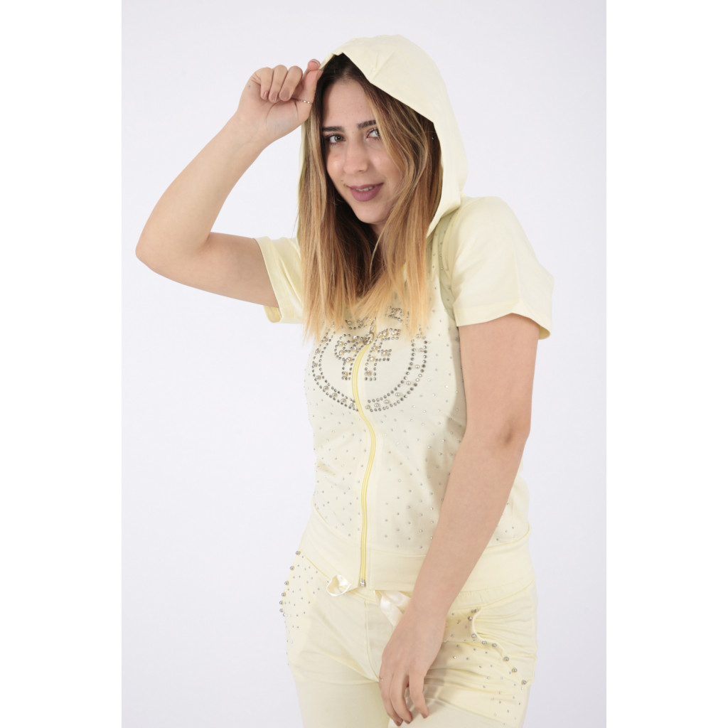 A sporty, lemon-coloured sport with a stylish hat that gives a great summer look