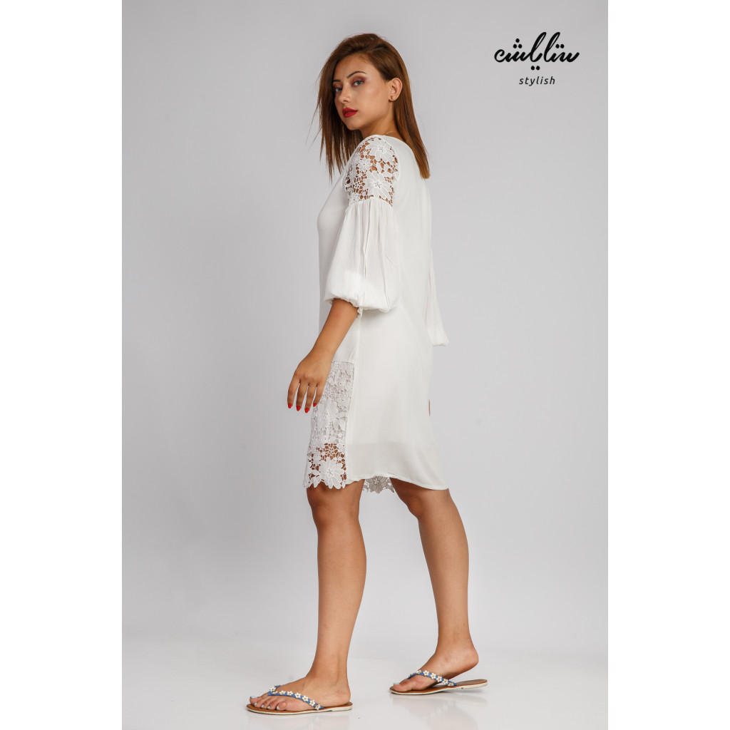 Elegant short dress decorated with front buttons and a touch of soft lace