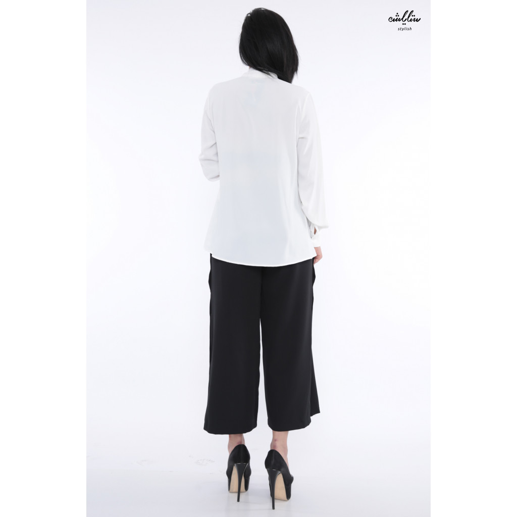 Elegant white blouse with high collar decorated with pyeonque