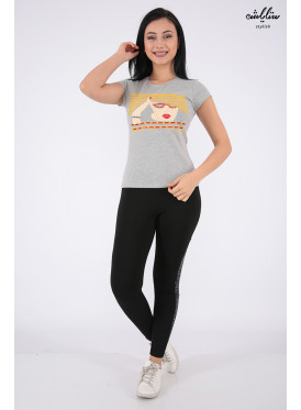 Elegant grey T-shirt with outstanding details for a beautiful view