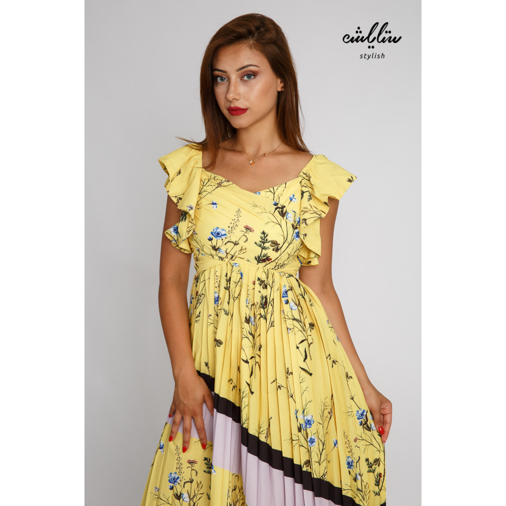 Attractive yellow dress with high waist with a slanted cut