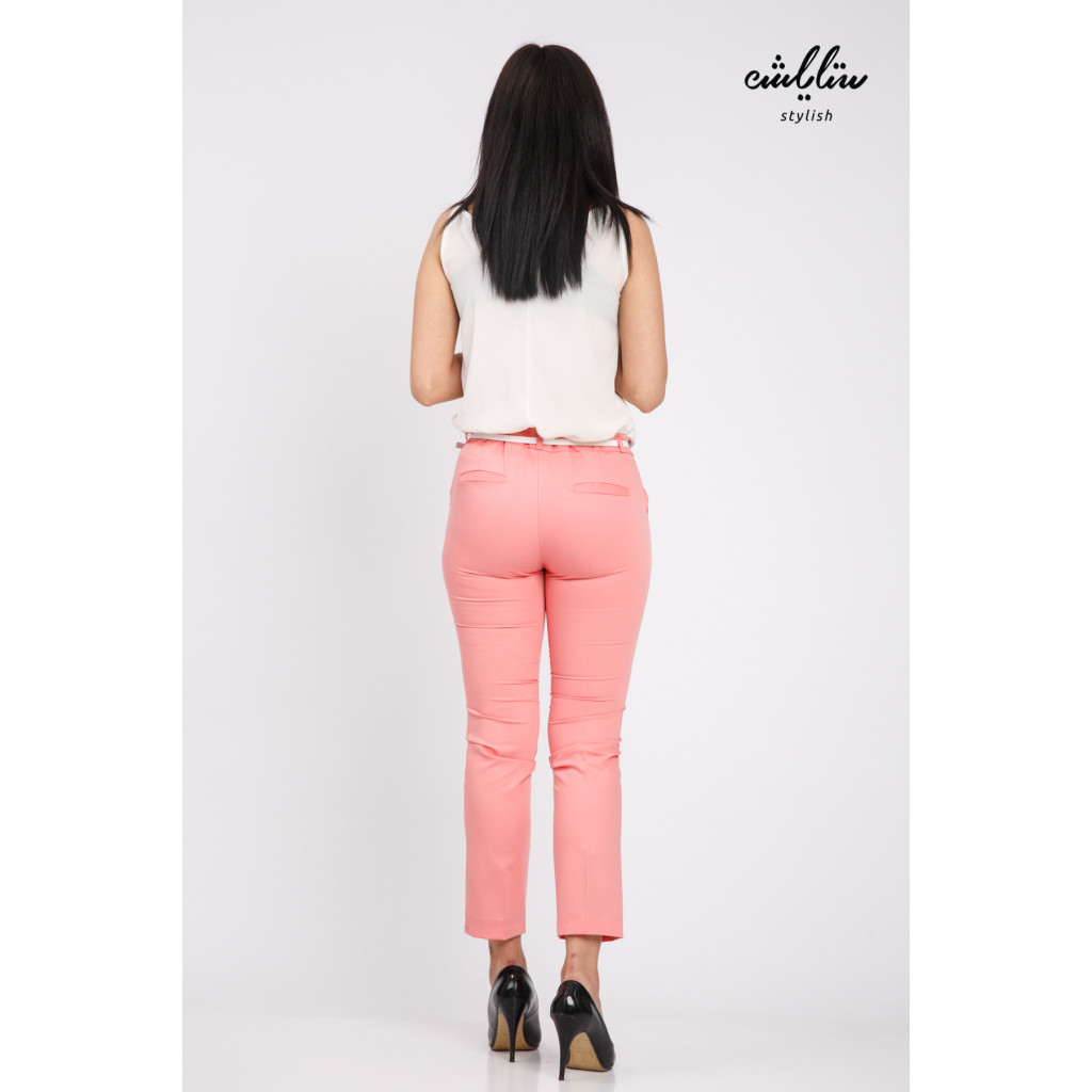 Elegant pink pants with a leather strap that gives a great look