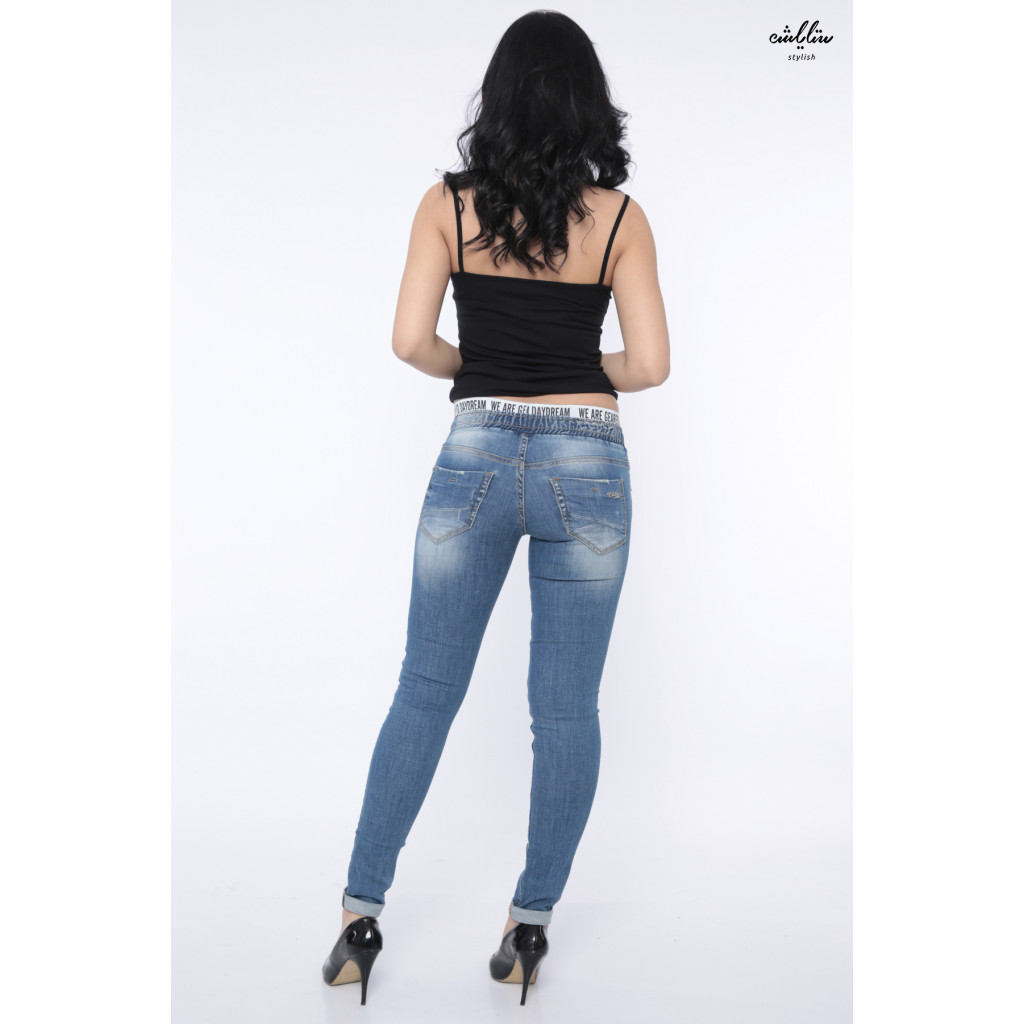 Tight-wrapped jeans and a rubber strap with a phrase on the waist.