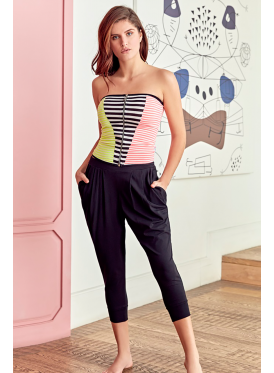 Stylish top-of-the-shoulder set with harmonious colours and black trousers with an innovative crisp-striking design